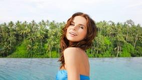 Szczęśliwa kobieta nad nieskończoności krawędzi basenem w sri lance obrazy royalty free