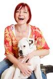 Szczęśliwa kobieta z młodym boksera psem zdjęcia royalty free