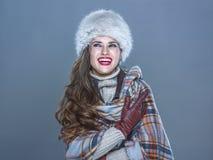 Szczęśliwa kobieta odizolowywająca na zimnym błękitnym tle patrzeje na odbitkowym zdroju Obraz Royalty Free