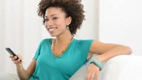 Szczęśliwa kobieta opowiada na telefonie komórkowym zbiory wideo