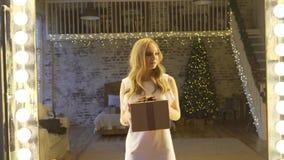 Szczęśliwa kobieta otrzymywa prezent w wielkim prezenta pudełku zaskakującym i excited, rzuty pudełko w powietrzu zbiory wideo