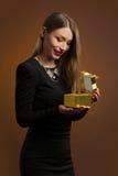 Szczęśliwa kobieta otwiera prezenta pudełko obraz stock