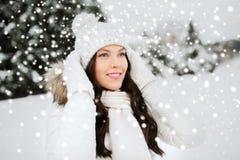Szczęśliwa kobieta outdoors w zimie odziewa obraz royalty free