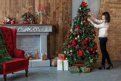 Szczęśliwa kobieta ozdabia choinki w domu Pojęcie Wesoło C Zdjęcie Royalty Free
