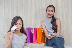Szczęśliwa kobieta płaci w kawiarni kredytową kartą i mądrze telefonem Kobieta wziąć contactless zapłatę E obraz royalty free