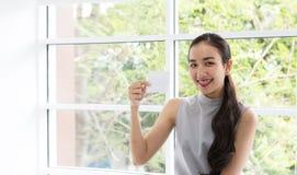 Szczęśliwa kobieta płaci w kawiarni kredytową kartą Kobieta wziąć contactless zapłatę Ludzie, finanse, technologia i konsumenta p zdjęcie stock