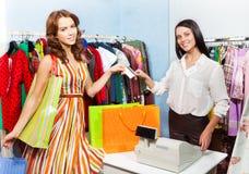 Szczęśliwa kobieta płaci z kredytową kartą dla zakupu Fotografia Stock
