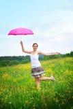 szczęśliwa kobieta parasolowa plenerowa zdjęcie royalty free