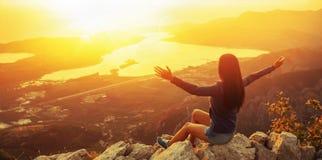 Szczęśliwa kobieta patrzeje zmierzch w górach obrazy stock