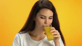 Szczęśliwa kobieta pije świeżego sok pomarańczowego przy kawiarnią, nawitaminujący energiczny napój zdjęcie wideo