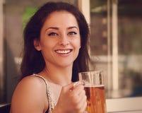 Szczęśliwa kobieta pije piwo w pab zbliżenie Fotografia Stock