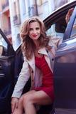 szczęśliwa kobieta Plenerowy portret piękny uśmiechnięty kobiety obsiadanie w samochodzie obraz stock