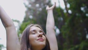 Szczęśliwa kobieta podnosi ręki w górę czuciowej natury wokoło, szczęście radość wolna życie zbiory wideo