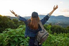 Szczęśliwa kobieta podróżnika pozycja z nastroszonymi rękami Zdjęcie Royalty Free