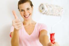 Szczęśliwa kobieta pokazuje kciuk up zdjęcia royalty free