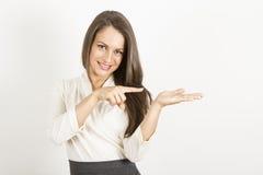 Szczęśliwa kobieta pokazuje produkt Zdjęcie Royalty Free