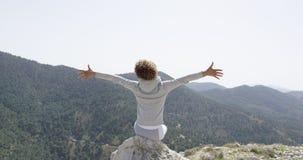 Szczęśliwa kobieta pozuje z rękami w oddaleniu Fotografia Royalty Free