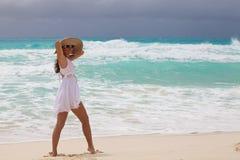 Szczęśliwa kobieta przy plażą obrazy royalty free