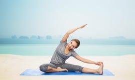 Szczęśliwa kobieta robi joga i rozciąga na macie Zdjęcie Royalty Free
