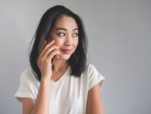 Szczęśliwa kobieta robi rozmowie telefonicza Obrazy Royalty Free