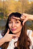 Szczęśliwa kobieta robi zdjęcie znakowi Zdjęcie Royalty Free