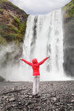 Szczęśliwa kobieta siklawą Skogafoss na Iceland Obrazy Stock
