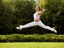 Szczęśliwa kobieta Skacze. Bezpłatny tancerz. Wolności pojęcie. obraz stock