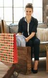 Szczęśliwa kobieta sprawdza nowych purchasings w loft mieszkaniu Obraz Royalty Free