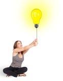 Szczęśliwa kobieta trzyma żarówka balon Obraz Stock