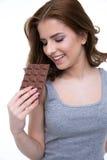 Szczęśliwa kobieta trzyma czekoladowego baru Obrazy Stock