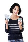 Szczęśliwa kobieta trzyma domowego modela dolarowych rachunki i Zdjęcie Stock