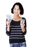 Szczęśliwa kobieta trzyma domowego modela dolarowych rachunki i Zdjęcia Stock