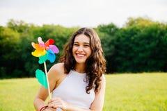 Szczęśliwa kobieta trzyma wiatraczek zabawkę Obraz Royalty Free