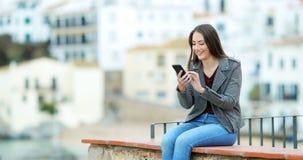 Szczęśliwa kobieta używa mądrze telefon na wypuscie