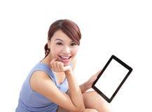 Szczęśliwa kobieta używa pastylka komputer osobistego obrazy stock