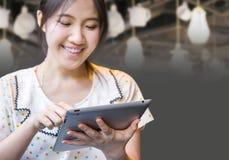 Szczęśliwa kobieta używa pastylka komputer osobistego Zdjęcia Royalty Free