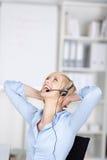 Szczęśliwa kobieta używa słuchawki Fotografia Royalty Free