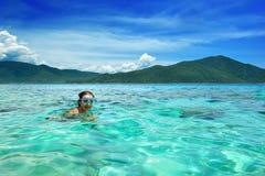 Szczęśliwa kobieta unosi się w lazurowym tropikalnym morzu z maską Zdjęcia Stock