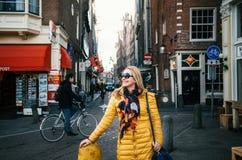Szczęśliwa kobieta w żółtym żakiecie w Amsterdam Fotografia Royalty Free
