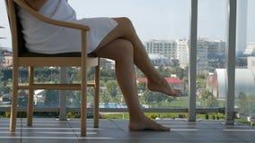 Szczęśliwa kobieta W Bathrobe Po tym jak zdroju traktowania komesi balkon Piją kawę zbiory wideo