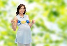 Szczęśliwa kobieta w ciąży mienia brzęku zabawka Obraz Stock
