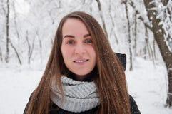 Szczęśliwa kobieta w dziennym zima lesie zdjęcie stock