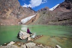 Szczęśliwa kobieta w górach Obrazy Royalty Free