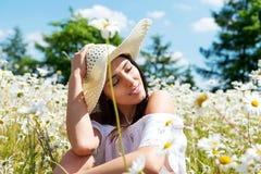 Szczęśliwa kobieta w lata polu Młoda dziewczyna relaksuje outdoors odizolowywająca pojęcie czarny wolność Zdjęcia Royalty Free