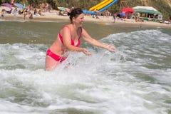 Szczęśliwa kobieta w morzu w lecie Fotografia Stock