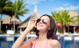 Szczęśliwa kobieta w okularach przeciwsłonecznych i swimsuit na plaży fotografia royalty free