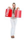 Szczęśliwa kobieta w pulowerze z czerwonymi torba na zakupy obraz stock