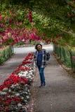 Szczęśliwa kobieta w róża tunelu fotografia royalty free