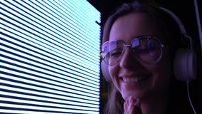 Szczęśliwa kobieta w słuchawkach cieszy się muzykę brzmi, młodości rozrywka, dj relaksuje zbiory wideo
