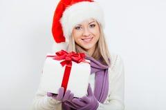 Szczęśliwa kobieta w Santa kapeluszowym mienia prezenta pudełku Obrazy Royalty Free